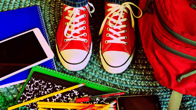 kind-hausaufgaben-helfen-lernen-schule
